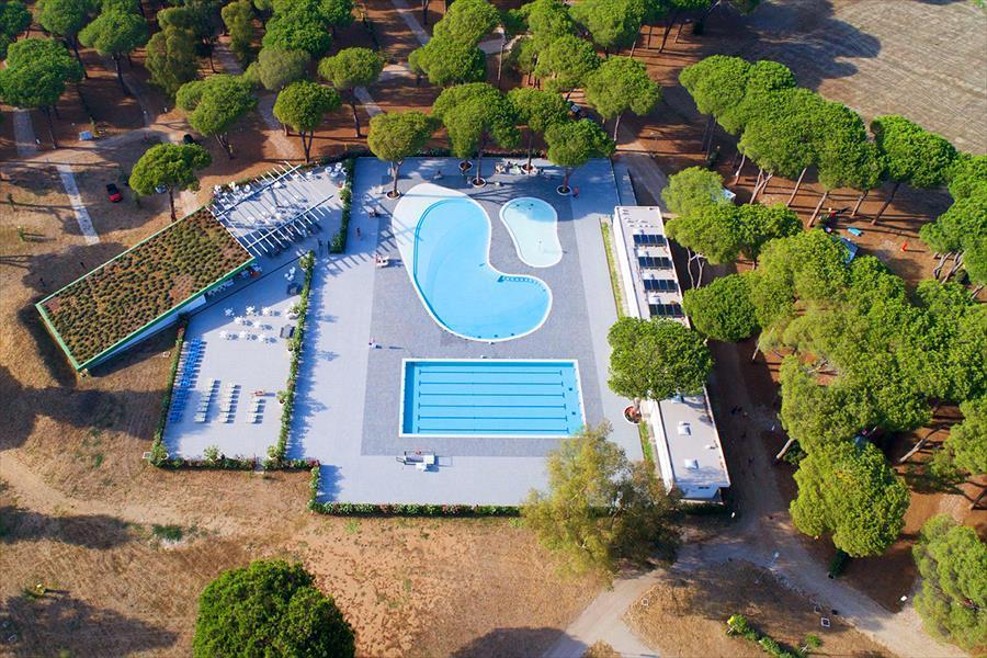 Luchtfoto zwembad faciliteit zwembad