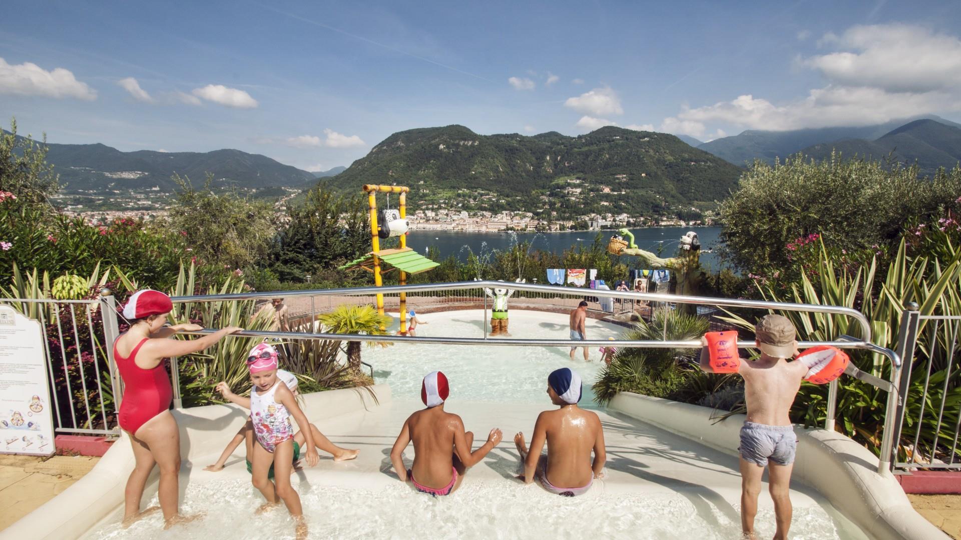 Waterglijbaan voor kinderen bergen zee