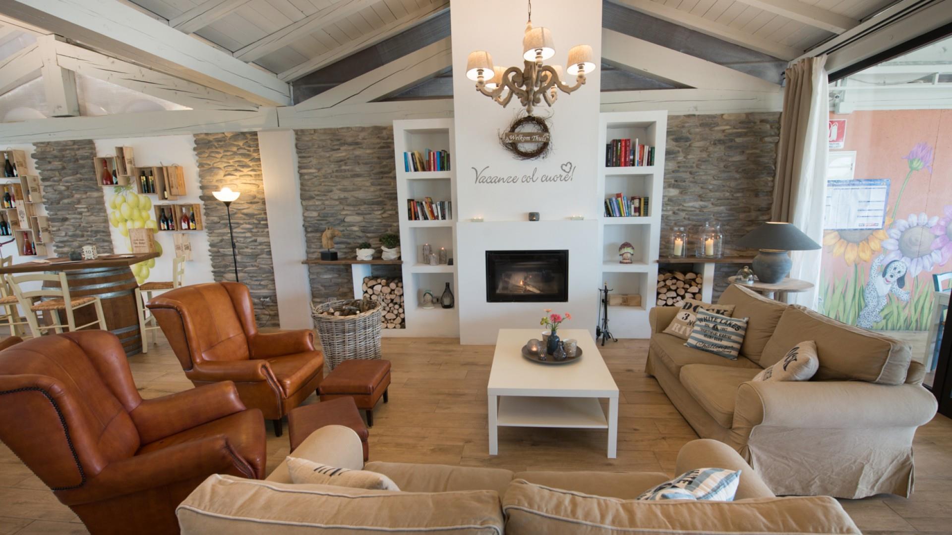 Lounge open haard appartement fauteuil bank ontspannen recreatie