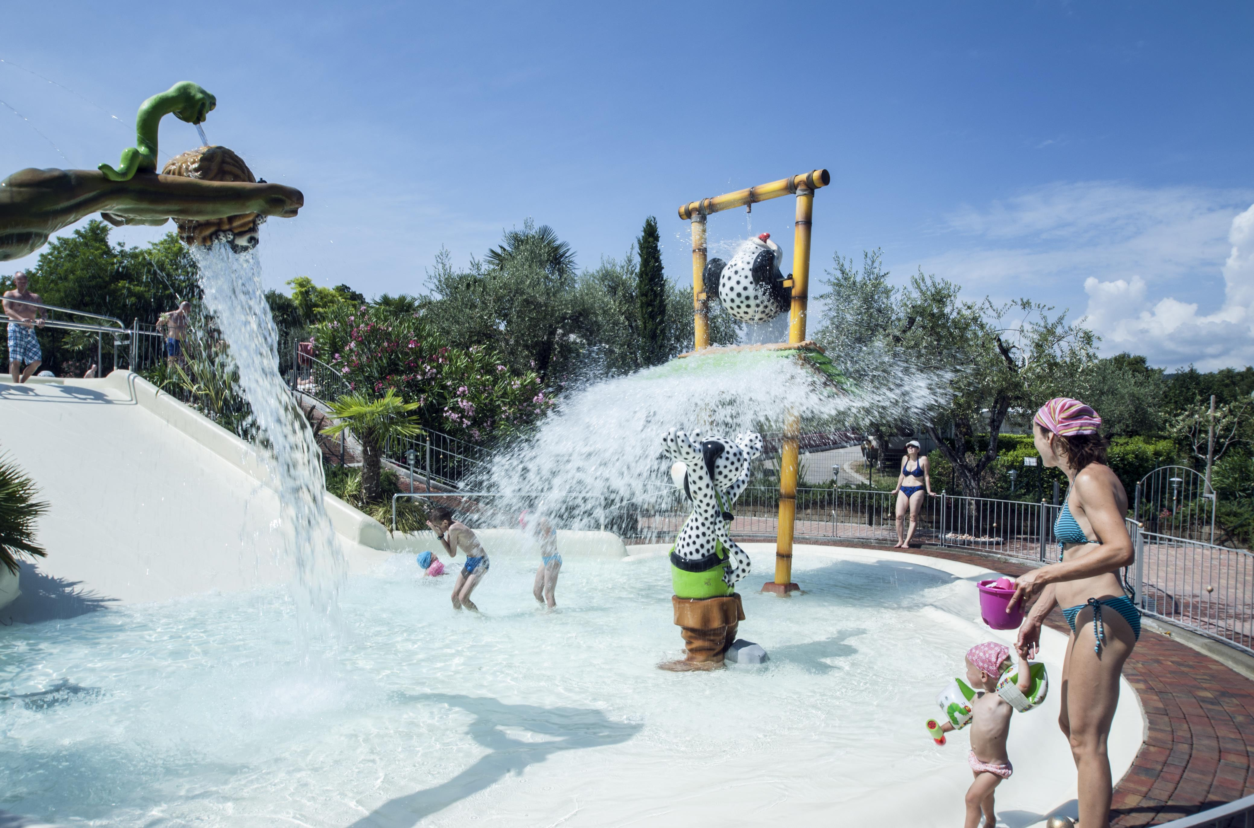 Kinderen en waterpret waterval fontein