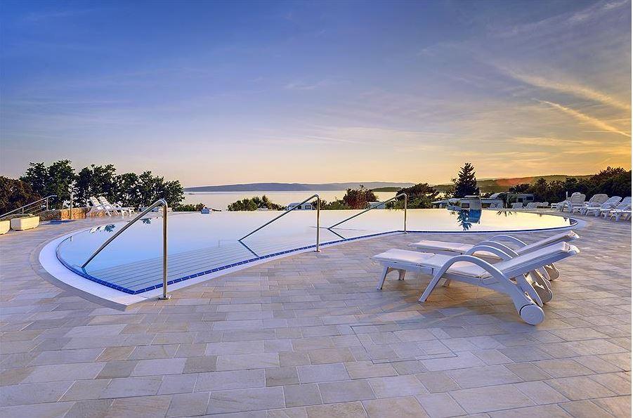 Poolbereich Sonnenuntergang Erholung Romantik
