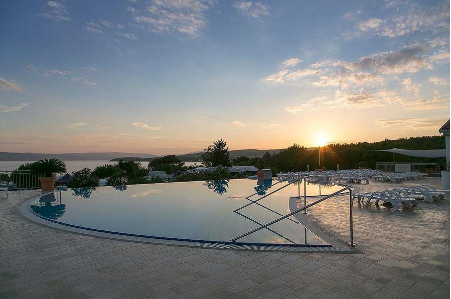Sonnenuntergang am Schwimmbad
