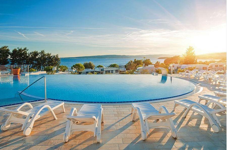 Zonnebedden bij het zwembad zonsondergang