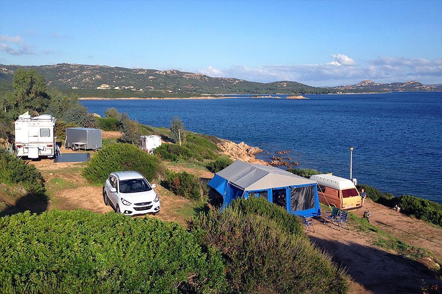 Camping aan het strand caravan zee