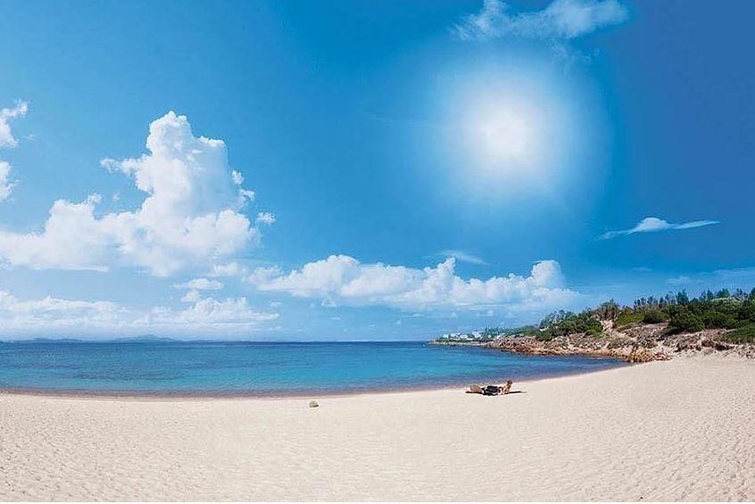 Zonnebaden op het strand