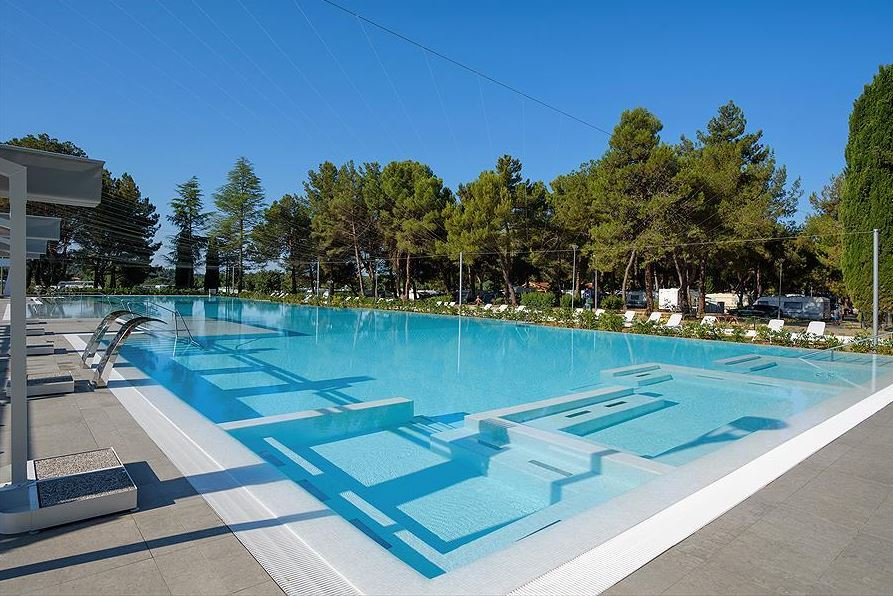 zwembad met restaurant