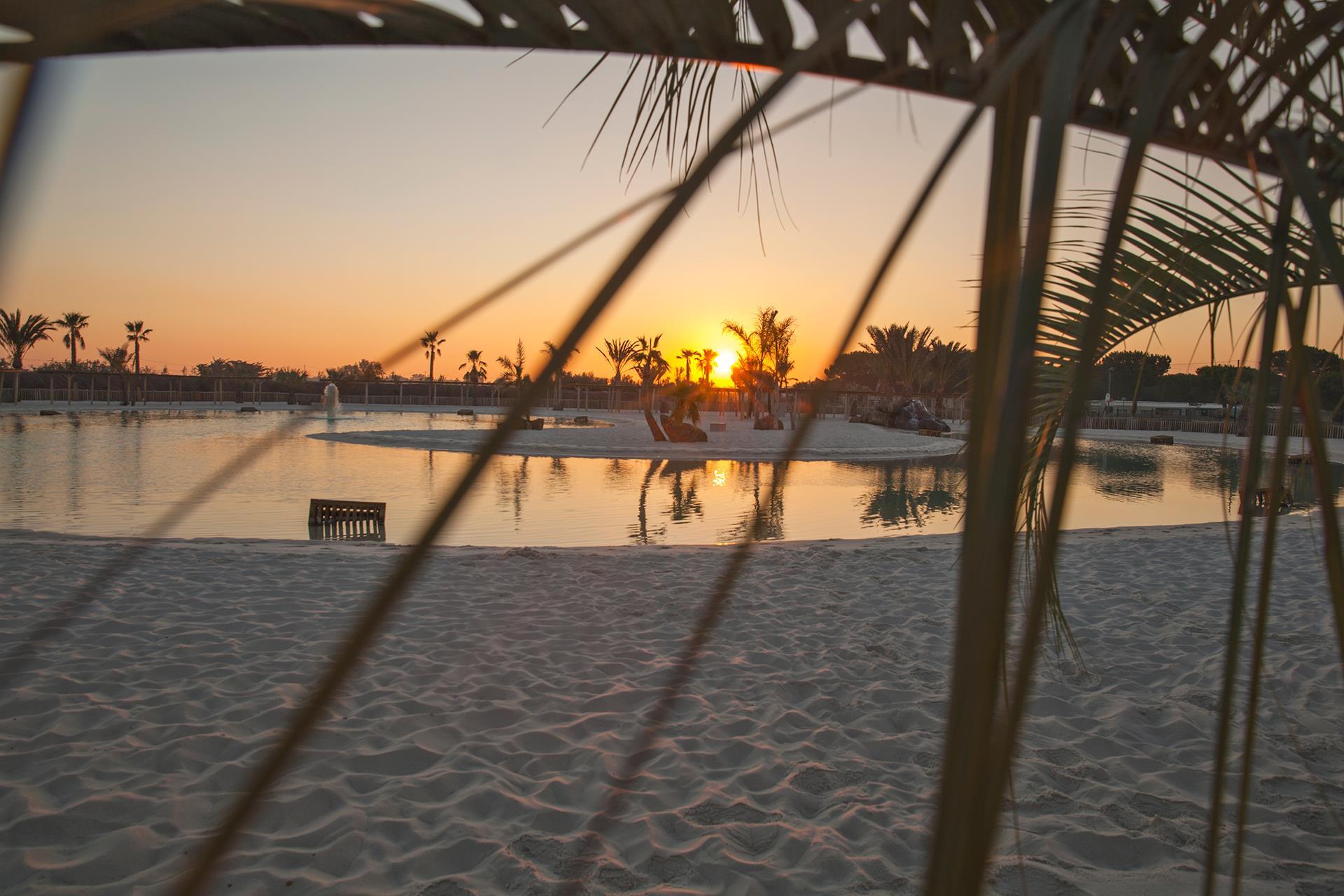 Sonnenuntergang Lagune Palmen Strand Meer