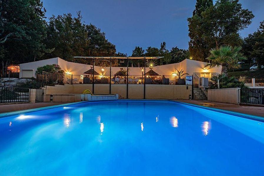 Zwembad en restaurant