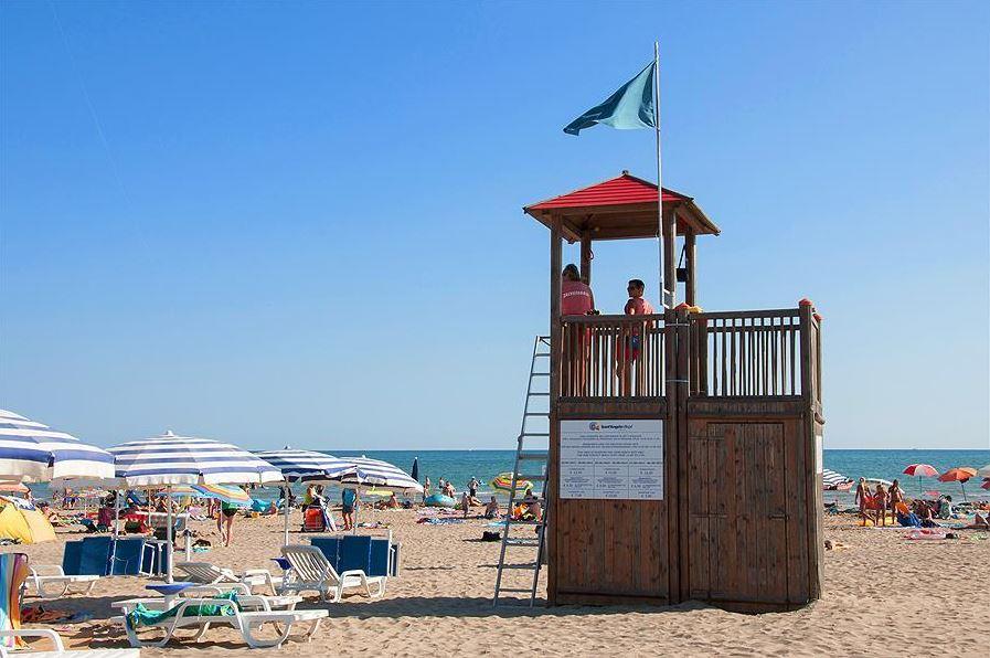 Servicepunt op het strand