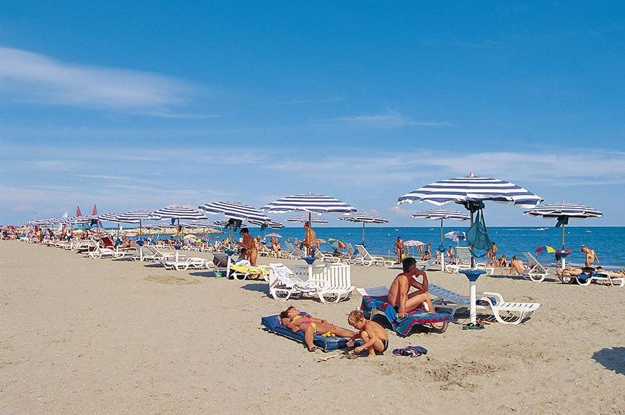 Strand met ligbedden en parasols