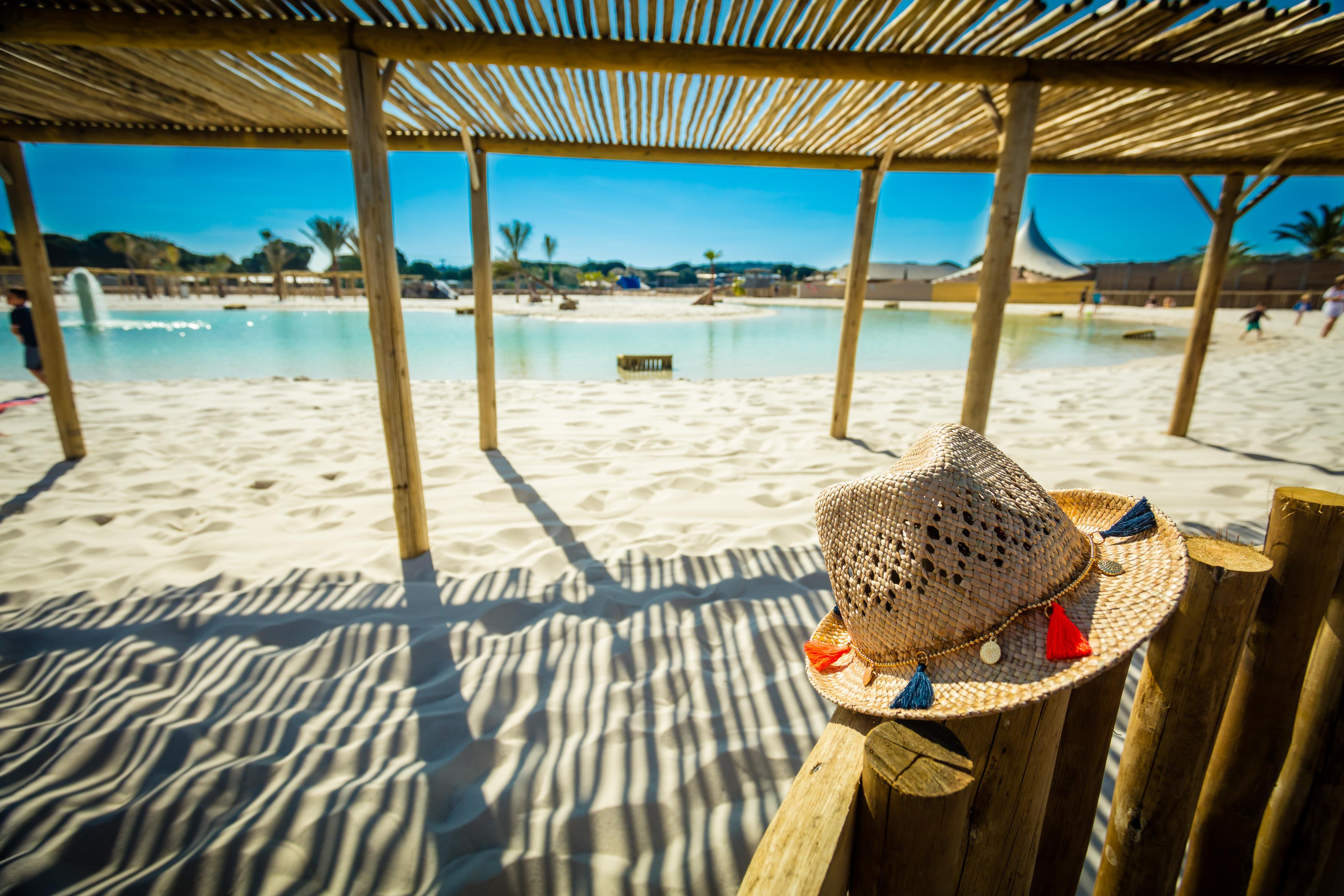 Tomar el sol en la playa de la piscina con sombrilla