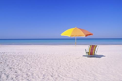 playa de arena recreacion con sombrillas