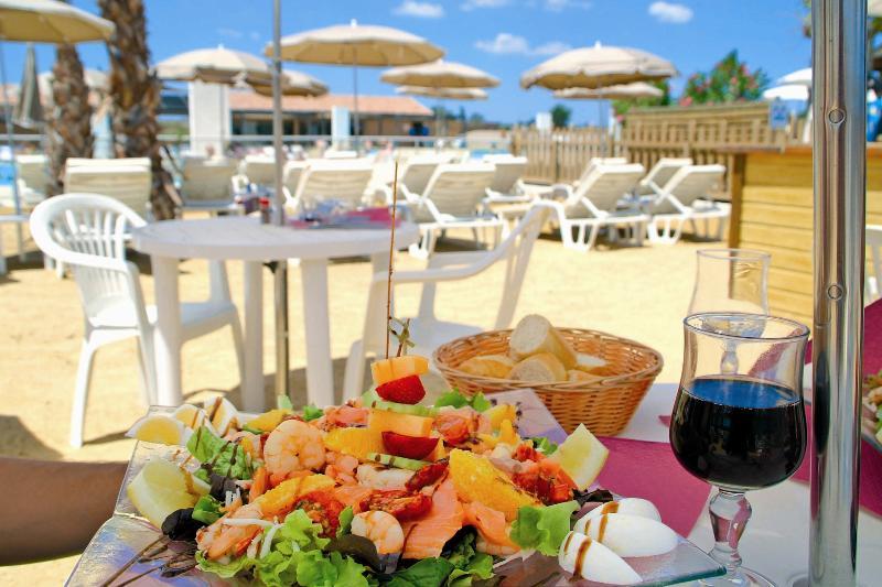 terraza del sol bar de la playa paraguas deliciosa comida piscina camas solares