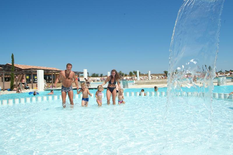 Familie in het zwembad waterval zwembadlandschap